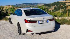 BMW 330e Sport 2020, vista 3/4 posteriore dall'alto