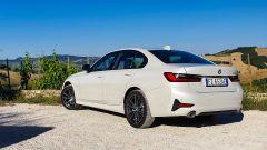 BMW 330e Sport 2020, vista 3/4 posteriore