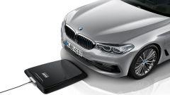 BMW 530e: la prima ibrida che si ricarica senza fili - Immagine: 2
