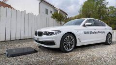 BMW 530e: la prima ibrida che si ricarica senza fili - Immagine: 1