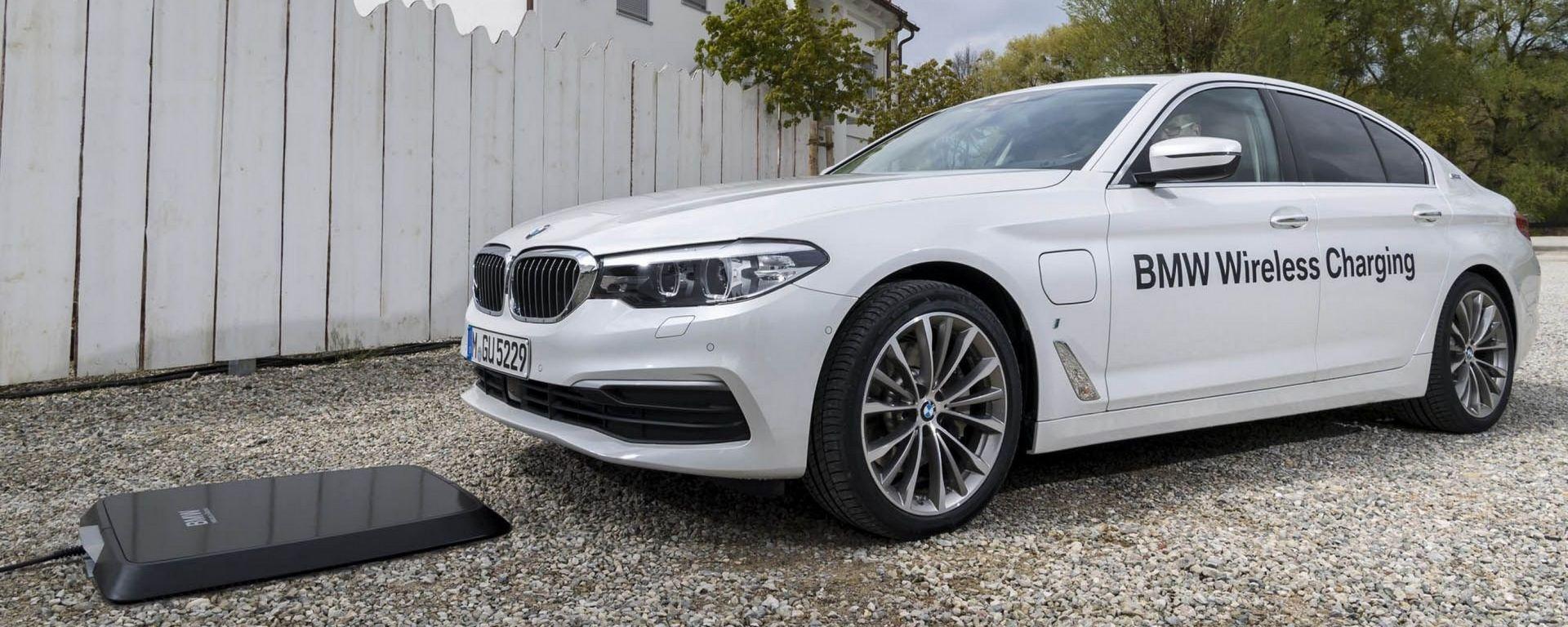 BMW 530e: la prima ibrida che si ricarica senza fili