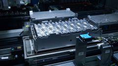BMW: assemblaggio di una batteria per auto elettrica
