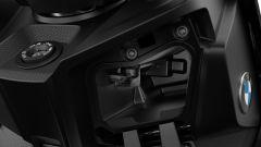 BMW C 400 X 2021: il vano con presa USB