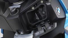 BMW C 400 X: il vano nello scudo