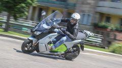 BMW C Evolution: lo scooter elettrico tedesco in piega durante la nostra prova su strada
