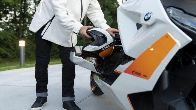 BMW Definition CE 04: il vano portaoggetti laterale