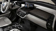 BMW i3 94 AH, la nuova modanatura quercia scura della plancia