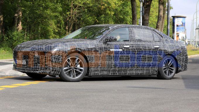 BMW i7, il taglio dei fari sembra inedito