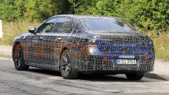 BMW i7, la coda ha proporzioni massicce