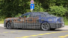 BMW i7, la scritta Electric Test Vehicle non lascia dubbi