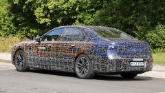 BMW i7, vista 3/4 posteriore