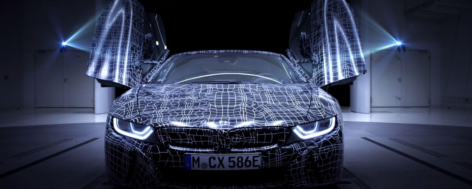 BMW i8 Roadster: la sportiva ibrida toglie il cappello
