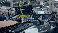 BMW i8 Roadster: l'installazione del tettuccio elettrico