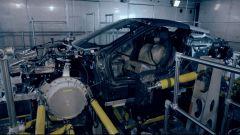 BMW i8 Roadster sul banco per le prove di sollecitazione meccanica