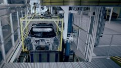 BMW i8 Roadster sulla catena di montaggio