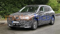 BMW iNext, si noti il cofano a conchiglia, cioè con la fessura sul fianco dell'auto