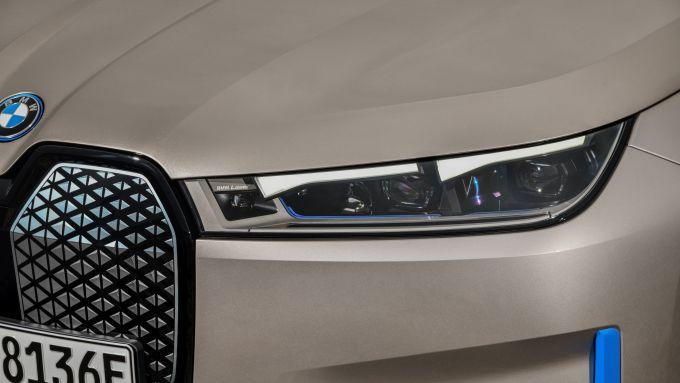 BMW iX 2021: i sottili gruppi ottici