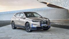 BMW iX 2021: visuale di 3/4 anteriore