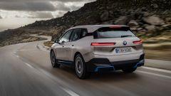 BMW iX 2021: visuale di 3/4 posteriore
