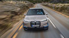 BMW iX 2021: visuale frontale dall'alto