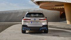 BMW iX 2021: visuale posteriore