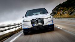 BMW iX xDrive40: caratteristiche le finiture blu
