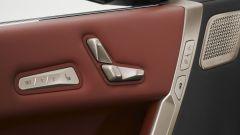 BMW iX xDrive40: i comandi per le regolazioni dei sedili