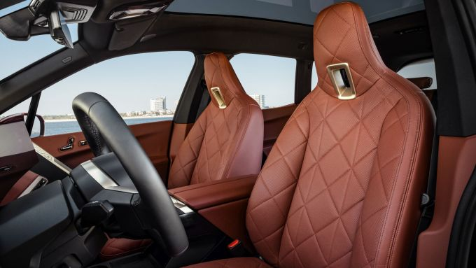 BMW iX xDrive40: i sedili in pelle (lavorata con tecniche sostenibili)