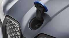 BMW iX xDrive40: il logo fa da tappo per l'acqua dei vetri
