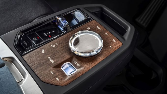 BMW iX xDrive40: la console centrale con selettore in cristallo