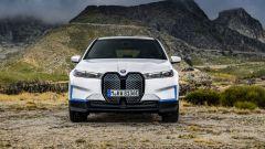 BMW iX xDrive40: visuale frontale