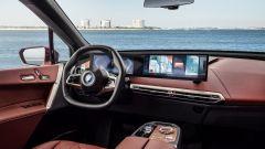 BMW iX xDrive50: gli interni