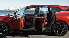 BMW iX xDrive50: visuale con le portiere aperte
