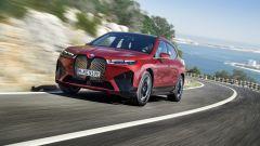 BMW iX xDrive50: visuale di 3/4 anteriore