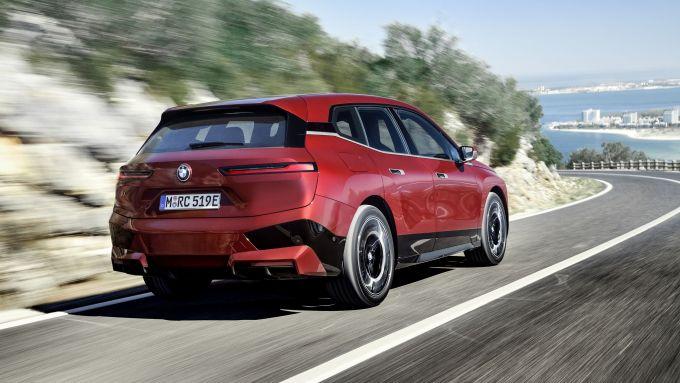 BMW iX xDrive50: visuale di 3/4 posteriore