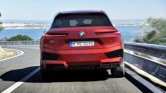 BMW iX xDrive50: visuale posteriore