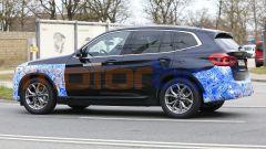 BMW iX3 2021, foto spia: i cerchi non sembrano definitivi