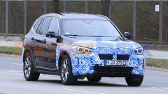 BMW iX3 2021, foto spia: il doppio rene non ha dimensioni eccessive