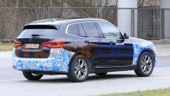 BMW iX3 2021, foto spia: la batteria è da 74 kWh