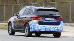 BMW iX3 2021, foto spia: la scritte del modello è coperta con nastro adesivo