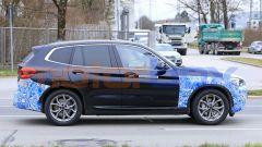 BMW iX3 2021, foto spia: lato destro