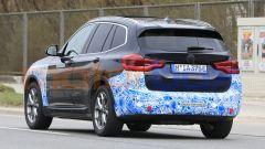 BMW iX3 2021, foto spia: le etichette ne chiariscono l'identità