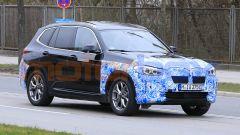 BMW iX3 2021, foto spia: le forme non si distaccano molto da quelle della BMW X3 tradizionale