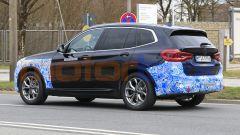 BMW iX3 2021, foto spia: niente tubi di scarico