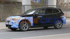 BMW iX3 2021, foto spia: uno dei veicoli di test