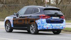 BMW iX3 2021, foto spia: vista 3/4 posteriore