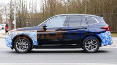 BMW iX3 2021, foto spia: vista laterale