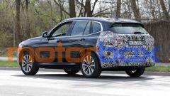 BMW iX3 facelift: visuale di 3/4 posteriore