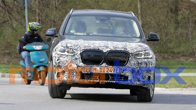 BMW iX3 facelift: visuale frontale