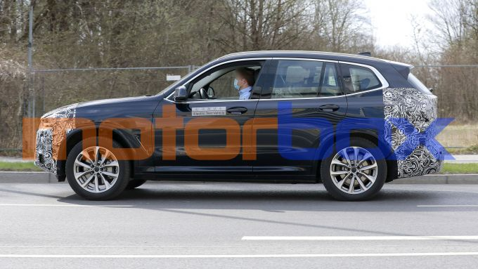 BMW iX3 facelift: visuale laterale